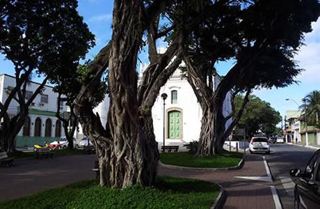 Hotel Prainha e a Igreja do Rosário
